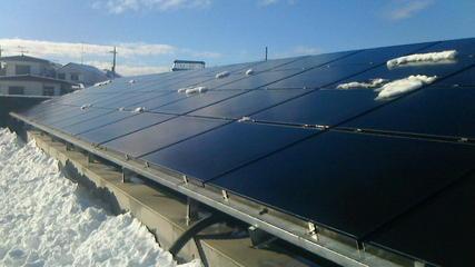 太陽光発電所に雪が積もりました