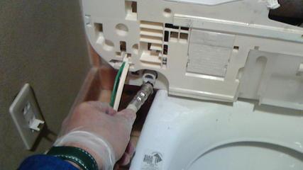 温水便座(ウォシュレット)交換(その1)、古い温水便座から給水ホースの取り外し