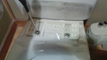 温水便座(ウォシュレット)交換(その1)、取付台を固定