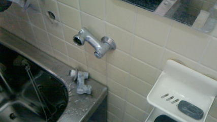 シャワーセット交換(その1)、クランクを取り外した状態